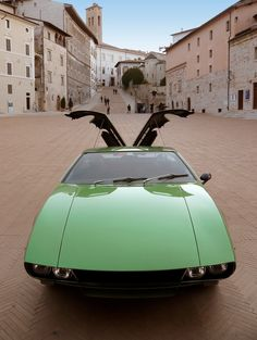 De Tomaso Mangusta: Useless photo - doesn't show that those gull wing doors cover the engine, not the people-getting-out holes.