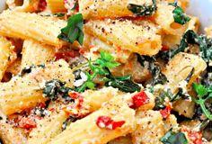 Tomates séchées au soleil, épinards cuits au vin blanc et une délicieuse crème de noix de cajou. Simple, rapide (25 minutes totale) ...nutritif et super goûteux Qui dit mieux ... ??  #recette #pâte #manger #nourriture #mangerequilibre #mangermieux #mangersainement #mangersain #mangerbien