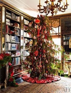 Bronson van Wyck - Architectural Digest In this library with its Chinoiserie paneling, a weeping cedar Christmas tree is adorned with Chinese lanterns, dragons, and snuff bottles. The tree skirt is made of embroidered Chinese wedding silk. Christmas In The City, New York Christmas, Christmas Tree Design, Beautiful Christmas, Christmas Tree Decorations, Vintage Christmas, Christmas Holidays, Merry Christmas, Christmas Houses