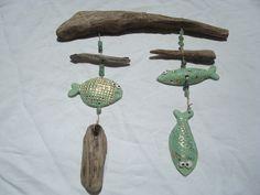 petits poissons en céramique. Suspension avec bois flotté; A vendre: http://www.alittlemarket.com/decorations-murales/fr_suspension_mobile_poissons_turquoise_en_ceramique_perles_et_bois_flotte_-14679699.html