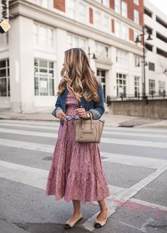 24 Casual Spring Outfit Ideas in Denim Jacket - Artbrid - Preppy Outfits, Boho Outfits, Spring Outfits, Fashion Outfits, Style Fashion, Denim Jacket With Dress, Jacket Dress, Dress With Sneakers, How To Look Classy