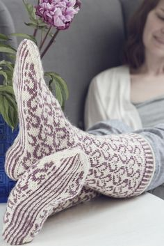 Naisten Ystävänpäivä-kirjoneulesukat Novita Nalle -langasta, Sukkalehti 2015 Knitting Socks, Knit Socks, Leg Warmers, Mittens, Knitting Patterns, Knit Crochet, Slippers, Fashion, Knitting Stitches