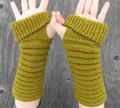 gully gloves designed by kelly mcclure / in quince & co. lark Gloves Gully Gloves pattern by Kelly McClure Knitting Blogs, Easy Knitting, Knitting Stitches, Knitting Patterns, Crochet Gloves Pattern, Crochet Mittens, Knit Crochet, Fingerless Gloves Knitted, Knitting Accessories