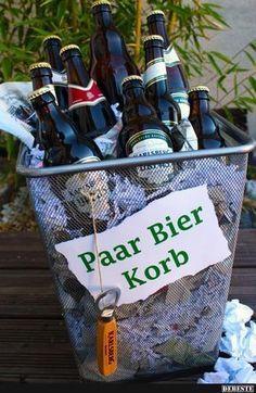 """Aus der Reihe """"Schlechte Wortspiele"""": Der paar Bier-Korb (dauert… From the series """"Bad word games"""": The few beer basket (takes a moment …) 18 Birthday, Birthday Presents, Birthday Ideas, Diy Presents, Diy Gifts, Beer Basket, Basket Gift, Diy Pinterest, Hacks Diy"""