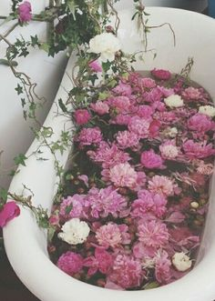 Gorgeous photos of floral arrangements to inspire you. Inspiration for your new floral tattoo to pretty floral backgrounds for your phone. Flower Aesthetic, Pink Aesthetic, Nature Aesthetic, Witch Aesthetic, White Roses, Pink Roses, Pink Flowers, Bath Flowers, Edible Flowers