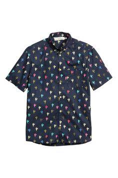 Camisa de algodón: Camisa en algodón con estampado, mangas cortas, cuello americano y un bolsillo superior. Corte estándar.