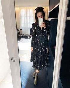 f545b233 Look 4 do PFW é esse vestido lindo florido versão inverno - com fundo  escuro e