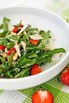 Salat aus Rucola, Erdbeeren, Walnüssen, Pinienkernen und Parmesan