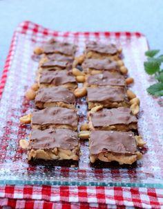 Sunnare snickerskonfekt-kake - LINDASTUHAUG Dessert Recipes, Desserts, Waffles, Food And Drink, Keto, Snacks, Baking, Breakfast, Caramel
