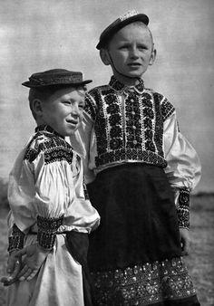 Dobrá Niva, Slovakia (Slovensko vo fotografii Karola Plicku – Chlapci z DN) Folk Costume, Costumes, Heart Of Europe, European History, Album, Vintage Pictures, Czech Republic, Traditional Outfits, Old Photos