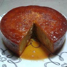 CALDA: Em uma panela em fogo baixo, derreta o açúcar, espalhe em uma forma redonda com furo central e reserve Bolo: No liquidificador, bata tudo acrescentando os pães aos poucos e, por último, o fermento em pó Em seguida, despeje a massa na forma caramelada com calda de açúcar (calda só de açúcar, sem água) [...] Sweet Cooking, Portuguese Recipes, Looks Yummy, Quick Meals, Bread Recipes, Banana Bread, Mole, Cheesecake, Deserts