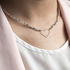 cd8326c61ee2 Gargantilla de cristal checo con entrepieza de corazón y detalles en Plata  de Ley 925. Preciosa gargantilla de cristal checo para lucir cada día.