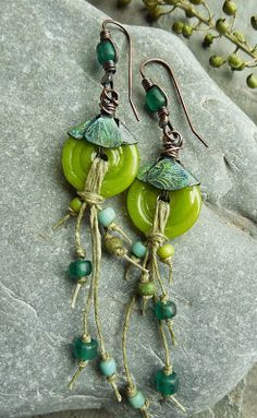 Earrings Everyday Little Green Things by Keirsten Giles - schmuck diy Hemp Jewelry, Wire Jewelry, Boho Jewelry, Jewelry Crafts, Jewelry Sets, Beaded Jewelry, Jewelery, Jewelry Design, Jewelry Making