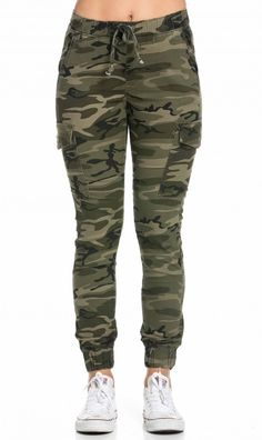 Camouflage Pants - Combine pants with camouflage pattern correctly Camouflage Pants drawstring camouflage cargo jogger pants (plus sizes available) Jogger Outfit, Camo Jogger Pants, Cuffed Joggers, Pants Outfit, Camoflauge Pants, Mode Geek, Tactical Pants, Tactical Clothing, Denim Flares