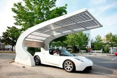 A new solar carport transforms the parking space into a provider of green power that should delight designers and owners of electric cars alike Solar Carport, Solar Roof, Installation Solaire, Solar Installation, Carport Designs, Solar Power Energy, Solar Energy System, Car Shed, Farmhouse Sheds