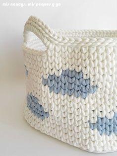mis nancys, mis peques y yo, cesta y capazo de trapillo con nubes, capazo con nubes con asas Crochet Birds, Crochet Wool, Crochet Bear, Diy Crochet, Crochet Flowers, Crochet Animals, Quick Crochet Patterns, Crochet Basket Pattern, Crochet Waistcoat