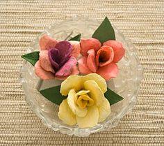 Como fazer rosas usando as caixas de ovos de papelão. Com as rosas podemos montar uma série de peças de artesanato: móbiles, luminárias, guirlandas e decorar caixas, fazer lembrancinhas e enfeites de festas.