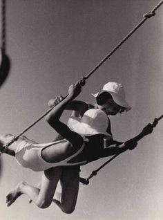 Fred Stein, swing in Paris, 1934 Vintage Photography, Fashion Photography, Animal Movement, Krishnamurti, Robert Doisneau, Hammock Swing, Hammocks, New Paris, Street Photographers