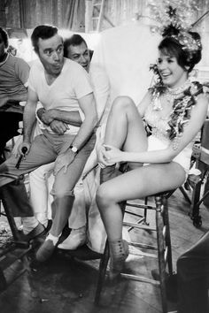 Jack Lemmon, Tony Curtis / clowning around with one of the chorus girls, during production of Blake Edwards' The Great Race photo by Bob Willoughby. Jack Lemmon, Tony Curtis, Classic Hollywood, Old Hollywood, Blake Edwards, The Great Race, I Love Cinema, Anthony Perkins, Black And White