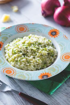 Oggi portiamo in tavola i colori e i sapori della #primavera con un primo piatto genuino e saporito: #risotto con #zucchine. ( #zucchini risotto) #Giallozafferano #recipe #ricetta #rise #spring