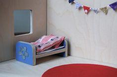 """…ist ebenfalls in den letzten Tagen voran geschritten. Ist ja auch nur noch eine Woche hin! Das Bett kommt wieder aus der Birkensperrholzplatte, die ich nach und nach minimiere, die Blume am Fußende ist aus Metall und hing mal an irgendeinen Geschenk dran. Teppich ist aus einer Filzplatte ausgeschnitten und... <a href=""""http://www.catherinehug.de/puppenhausmobel-das-kinderzimmer/"""">Read More →</a>"""