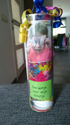 Een watje voor mijn schatje. Chipsbus met wattenschijfjes. Spa, Crafts, Mom, Flower, Mother's Day, Creative Crafts, Handmade Crafts, Arts And Crafts, Crafting