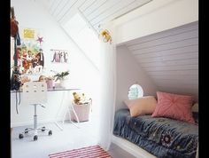 Kinderkamer met bedstee-effect. Wat een ontzettend  leuk idee voor een kinderkamer met een schuin dak! Zo maak je er een soort bedstee van.