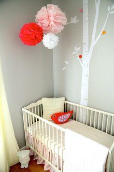Los meses previos a dar a luz, solemos darle mil vueltas a la decoración de la habitación del nuevo bebé. A parte de cosas tan básicas como la cuna o el cambiador queremos que el cuarto sea acogedor, que transmita paz y tranquilidad y que sea un sitio donde nuestro bebé se sienta a gusto.