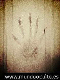 Víctima de una posesión pide ayuda después de fotografiar una mano demoníaca en su habitación.