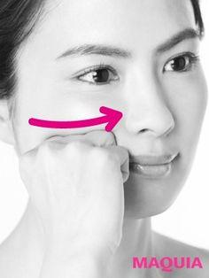 こぶしカッサ⑦頬骨下のむくみを流す 頬骨の下に沿って、関節をあてる位置を少しずつずらしながら、鼻の横までほぐす。頬骨下に溜まったむくみを一掃