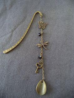 Marque pages bronze avec perles noires facettées et breloques bronze : Marque-pages par plumecreative