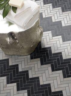 carrelage salle de bain blanc chevrons gris arrangement noir Méditerranée                                                                                                                                                     Plus