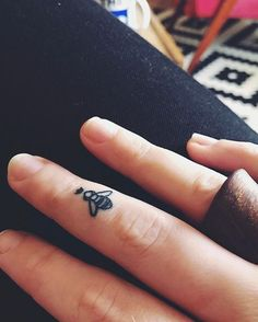 Queen Bee on my finger merci mon @damienlaturaze ❤️ #tattoo #tattoogirl #ink #queenbee #abeille #finger #tatouage #fingertattoo #socute #jadore