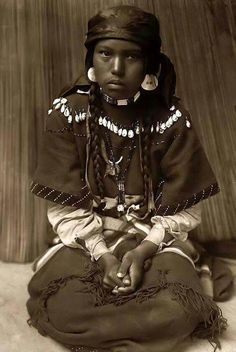 American Native Indian was wiped off the map and confined into a useless reservation. Similar to what is now happening in Palestine, Iraq, etc. Native American Children, Native American Beauty, Native American Photos, Native American History, American Indians, Black Indians, Native Indian, Indian Art, Before Us