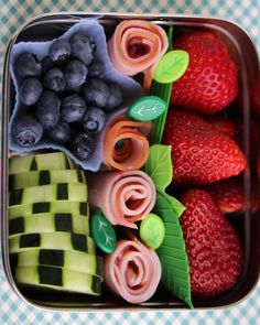 12 Super-Cool Kids' Bento-Box Lunches You Can Actually Make - Kinder Mittagessen Bento Box Lunch For Kids, Bento Kids, Kids Lunch For School, Lunch To Go, Lunch Snacks, Box Lunches, Bento Lunch Ideas, Diy School Lunches, Cute Bento Boxes