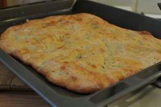 Az olasz konyha csodái a legegyszerűbb dolgokban rejlenek. Ilyen például ez a focaccia, ami egy szimpla lepénykenyér, mégis különleges, ha jól készül: kívül sül rá egy ropogós kéreg, belül viszont a hosszú, lassú kelesztéstől buborékos marad. Szendvics alapnak is… Healthy Chocolate Snacks, Healthy Snacks, Focaccia Pizza, Bread Recipes, Cooking Recipes, Vegan Recepies, Ciabatta, Pasta Dishes, Italian Recipes