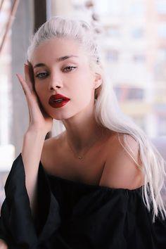 vividessentials:  Alina Ceusan | vividessentials  Visit Vivid... Soul Surfer, Head & Shoulders, Face Characters, Pretty Face, Twitter, Character Inspiration, Beauty Makeup, Black Women, Makeup Looks