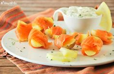 Petite potato, salmon and 'P' By Pepa extra virgin olive oil bites Mediterranean Appetizers, Mediterranean Recipes, No Cook Appetizers, Appetizer Recipes, Salmon Roll, Tapas Menu, Salty Snacks, Fusion Food, Tasty Dishes