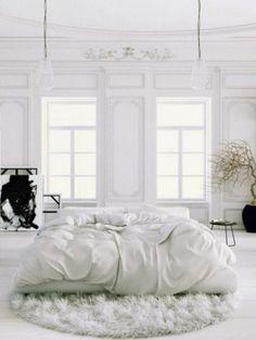Lichte witte slaapkamer Meer inspiratie: zo gebruik je die rondslingerende magazines juist als eyecatcher in je interieur >| ELLE