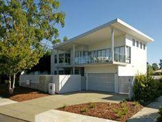 Concreto exterior casa moderna con balcón y zona ajardinada - Casa Fachada foto 491170