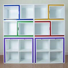 """El proyecto """"As if from nowhere"""" por Orla Reynolds esconde diferentes piezas de mobiliario como sillas y mesas dentro de un sistema de repisas."""