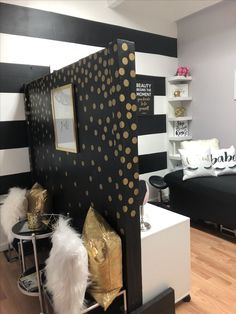 lash room decor small spaces Dividing spaces with half drywall, good idea for small places Home Beauty Salon, Home Hair Salons, Beauty Salon Decor, In Home Salon, Small Beauty Salon Ideas, Small Salon, Nail Salon Decor, Hair Salon Interior, Salon Interior Design