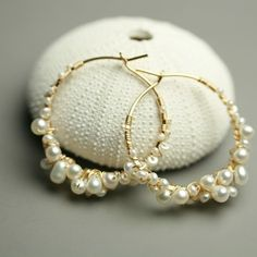 Etsy の Gold Fill Pearl Hoops . Pearl Hoop Earrings by fussjewelry