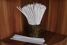 В этом видео я покажу как делать из офисной бумаги (вторячков) бумажную лозу (бумажные трубочки), из которых потом можно плести корзиночки.