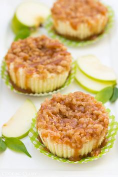 Caramel Apple Mini Cheesecakes with Streusel Topping - Cooking Classy Why is fall my favorite season? The food of course! I get so excited this time of year for the caramel apples, the pumpkin pie and just the delicious scent Mini Desserts, Just Desserts, Delicious Desserts, Yummy Food, Wedding Desserts, Wedding Cake, Mini Caramel Apples, Caramel Apple Cheesecake, Apple Caramel