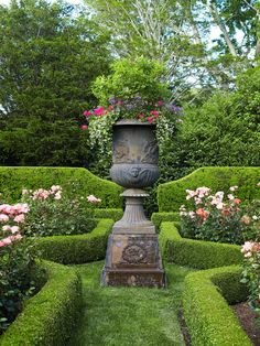 Connecticut Garden Another Great Garden To see more classic garden scenes, view our story on an English-Style Garden in the Hamptons.Another Great Garden To see more classic garden scenes, view our story on an English-Style Garden in the Hamptons. Boxwood Garden, Garden Urns, Boxwood Hedge, Roses Garden, Garden Hedges, Magic Garden, Dream Garden, Formal Gardens, Outdoor Gardens