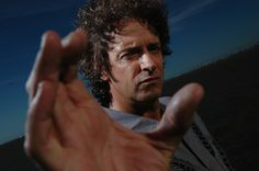 Gustavo Cerati en una producción especial para la revista VIVA a las orillas del Río de la Plata en la Ciudad de Buenos Aires en el 2006. (Ariel Grinberg) Fotogalería