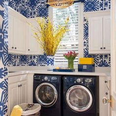 Laundry rooms at home do not need to be too big but can fulfill all activities. Of course, the room must be efficient and need to be well designed. The function of the room as a laundry room and ir… Laundry Room Cabinets, Basement Laundry, Farmhouse Laundry Room, Ibb Design, Yellow Laundry Rooms, Colorful Laundry Rooms, Estilo Cottage, Laundry Room Wallpaper, Laundry Room Inspiration
