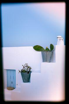 Κρυμμένη για τα καλά πίσω από την κοσμοπολίτικη Σαντορίνη η Ανάφη αποτελεί ένα διαφορετικό τουριστικό μονοπάτι για όσους δε θέλουν να ακολουθήσουν την πεπατημένη. #anafiisland #anafi #cyclades #cycladic #αναφη #κυκλάδες #αναφηχωρα David Hockney, Greek Islands, Exterior, Country, Color, Home, Design, Greek Isles, Rural Area