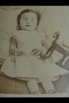 Civil war era PM CDV little girl with artificial legs.what a sweet face! Victorian Photos, Victorian Era, Vintage Photos, Louis Daguerre, Memento Mori, Post Mortem Pictures, Post Mortem Photography, After Life, Lost Art